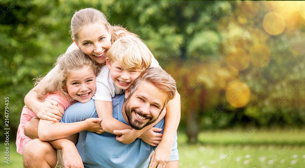 Fototapety, obrazy: Familie und Kinder haben Spaß im Sommer