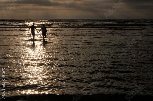 Spoed Foto op Canvas Noordzee Ein Paar nach dem Sonnenuntergang an der Nordsee