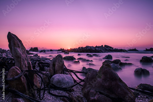 Fototapety różowe ciemny-krajobraz-z-akcentami-rozowych-fal