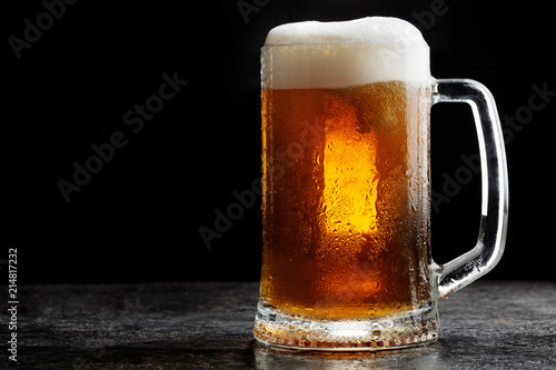 Spoed Foto op Canvas Bier / Cider Mug of cold craft light beer on dark background..