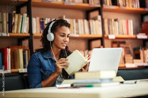 Fotografia Female student study in the school library