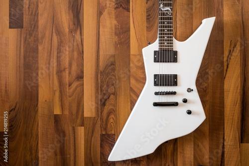 Weiße Heavy E-Gitarre auf braunem Hintergrund Wallpaper Mural