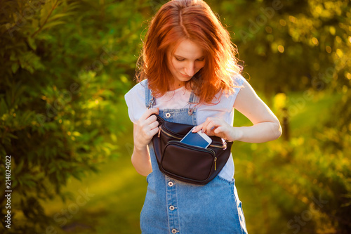 Fotografía  Red-haired girl with waist bag