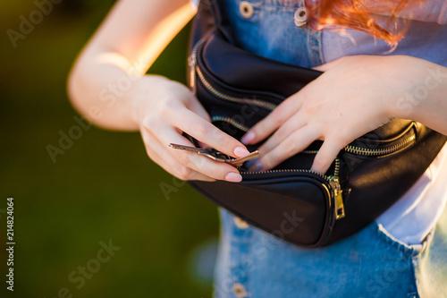 Fotografía  black waist bag close-up