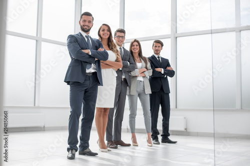 Photo  group of businessmen and businesswoman standing in an office with a large window