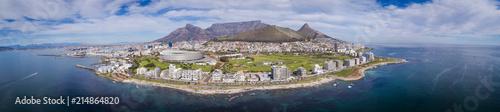 Naklejka premium Panoramiczny widok z lotu ptaka na Kapsztad w Afryce Południowej z Greenpointem na pierwszym planie i Górą Stołową w tle