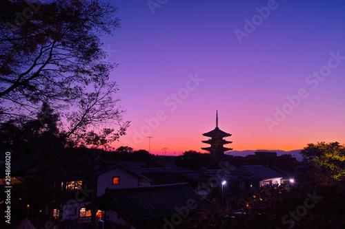 Photo sur Aluminium Kyoto 夕焼け空と八坂の塔