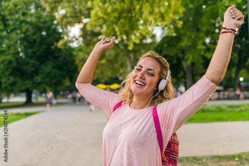 Pinturas sobre lienzo  Lovely girl with headphones enjoying her time