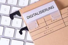 Ein Computer Und Ordner Mit Dem Aufdruck Digitalisierung