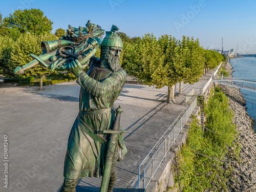 In de dag Historisch mon. Hagen von Tronje versenkt Nibelungenschatz im Rhein - Denkmal in Worms