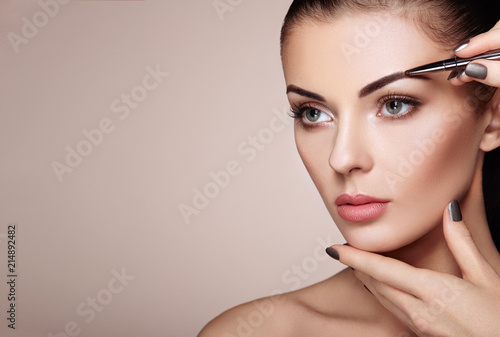 Photo Beautiful Brunette Woman Paints the Eyebrows