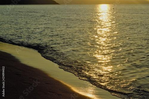 Foto op Plexiglas Kust берег моря на рассвете