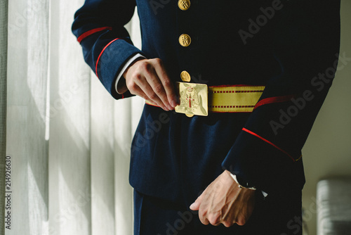 Fotomural Military soldier wearing his dress uniform