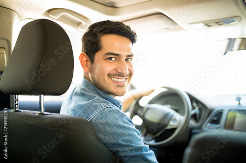 Photographie Good looking guy driving car