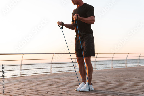 Carta da parati Cropped image of a fit sportsman doing exercises