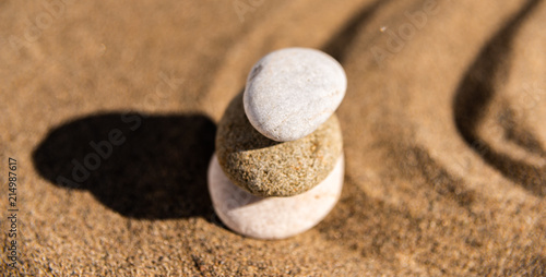 Fotografía  zen meditation stone in sand, concept for purity harmony and spirituality, spa w