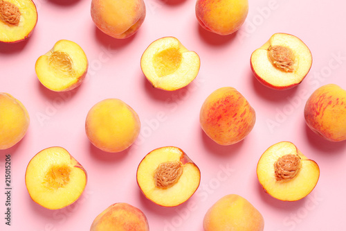 Poster Fruits Flat lay composition with ripe peaches on color background