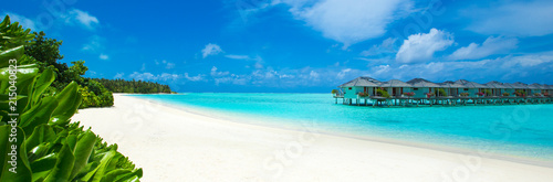Fotografía  tropical beach in Maldives with few palm trees and blue lagoon