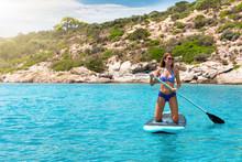 Sportliche Frau Im Bikini Paddelt Auf Einem Stand Up Paddle Board (SUP) über Türkisem Wasser Des Mittelmeeres