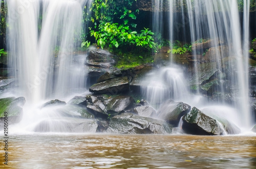 Fotografía  cold river waterfall cascade falling down on stones in national reserve park Tha