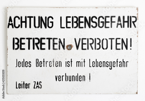 Fotografia  East - West German border warning sign on a white wall