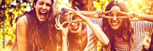 Fotomural Portrait of happy friends taking selfie