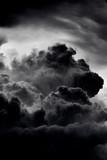 Dramatyczny czarny dym z ognia - 215057645