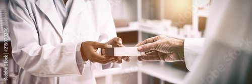 Photo sur Aluminium Pharmacie Cropped image of patient hand taking box from pharmacist