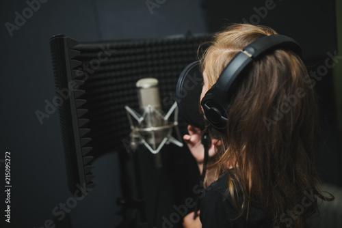 Fotografía  little girl singing in recording studio
