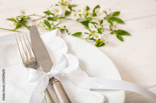 Fotografía  Holiday table place setting with plates, fork and knife