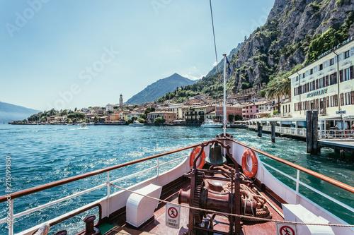Bug eines Passagierschiffes am Gardasee. Blauer Himmel und blaues Wasser.