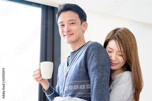 Fotografie, Obraz  リビングで愛情表現をするカップル