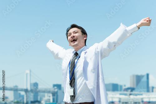 バンザイしてリラックスする医者 Fototapeta
