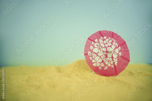 Fotografía  Bodegón de paisaje minimalista de sombrilla clavada en la arena de la playa en u