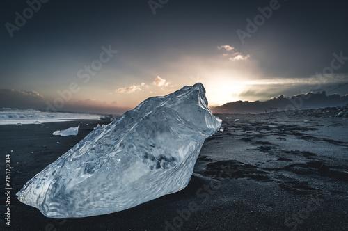 lodowa-skala-z-czarna-piasek-plaza-przy-jokulsarlon-plaza-w-poludniowo-wschodni-iceland-diament-plaza