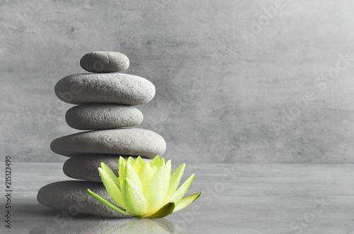 Obrazy szare szare-kamienie-i-kwiat-lotosu