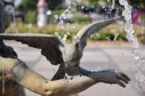 Fontanna, dziewczynka z gołębiem na ręce