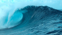 CLOSE UP: Picturesque Tube Wave Crashes Wildly And Splashes Ocean Water In Air.