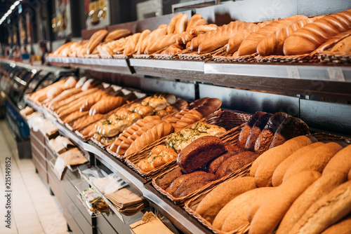 Poster Brood selective focus of freshly baked bread in pastry department of grocery shop
