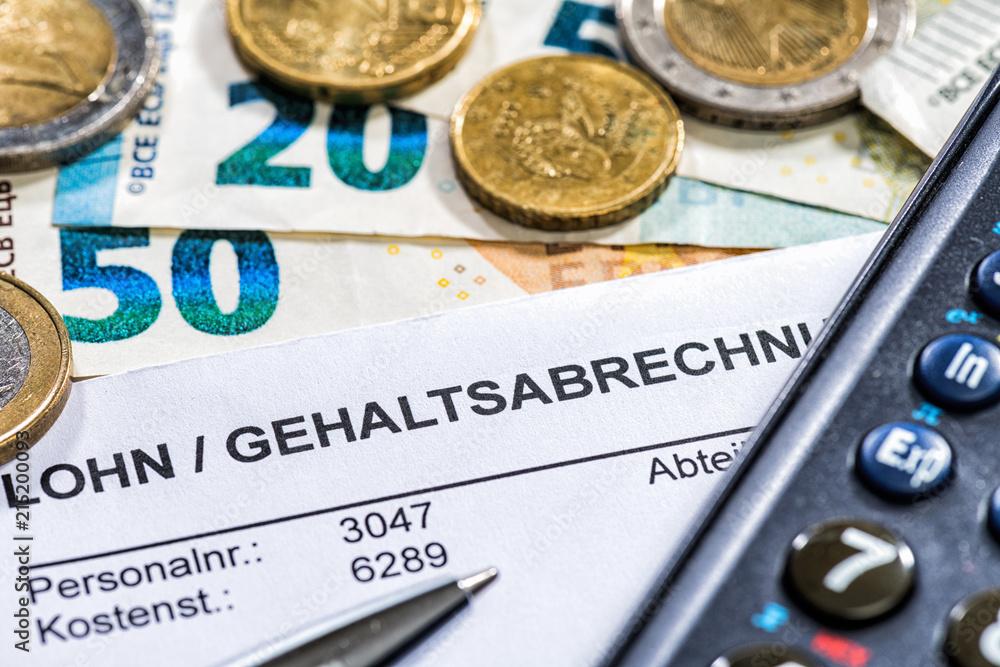 Photo & Art Print Lohn/Gehaltsabrechnung mit Münzen, Geldscheinen ...