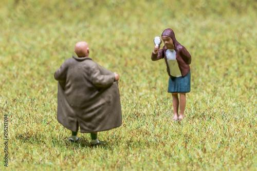 Obraz na plátne Exhibitionist öffnet für junge Frau seinen Regenmantel