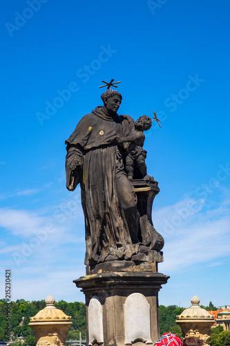 In de dag Historisch mon. Statue desHl. Antonius von Padua auf der Karlsbrückew in Prag/Tschechien