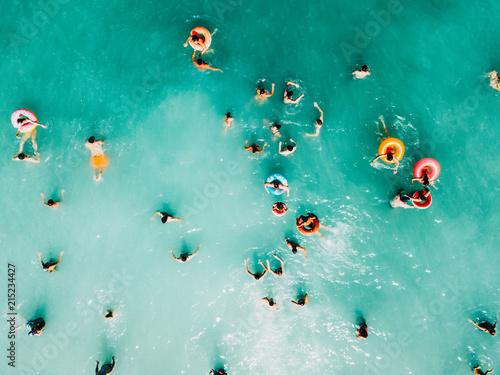 widok-z-lotu-ptaka-lato-czystego-oceanu-woda-pelna-turystow