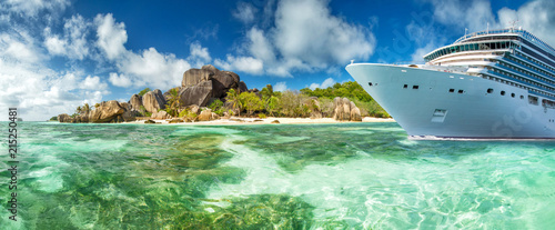 Fotografía  Luxury cruise boat with tropical Seychelles island