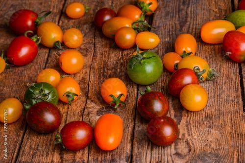 Obraz na plátně Bunte Tomaten auf Holztisch