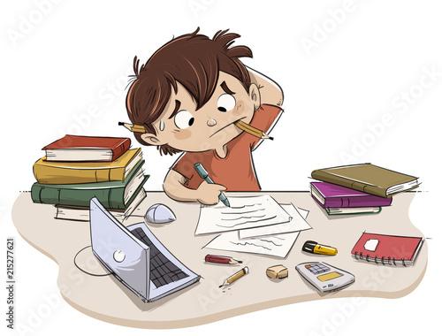 Foto  Niño estresado estudiando con libros y ordenador
