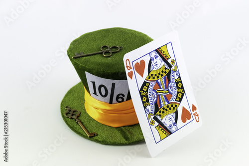 Fotografia  A green wonderland hat with orange band with vintage keys and a queen of hearts card
