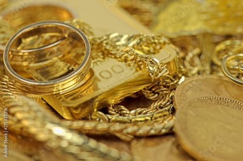 Foto  Gold in Barren,Münzen und Schmuck