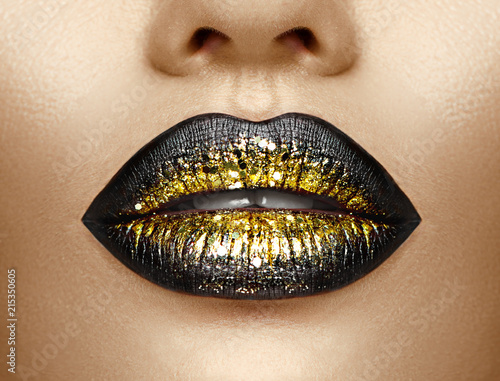 Autocollant pour porte Fashion Lips Lips makeup. Beauty high fashion gradient lips makeup sample, black with golden color. Sexy mouth closeup. Lipstick