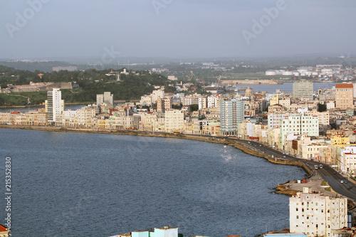 Tuinposter Havana Golfo dell'Avana con vista panoramica della città e il suo lungomare Malecon